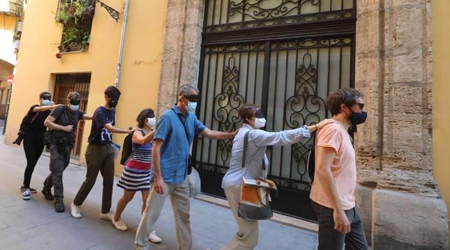 Jiménez Landa (dcha) guía a los visitantes hasta el piso vaciado, apéndice mental de la exposición.