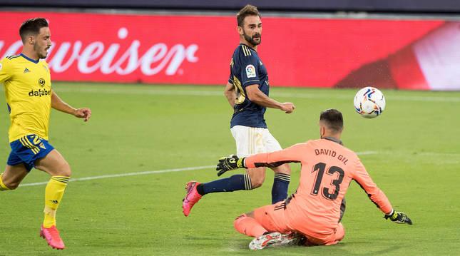 Adrián López bate a David Gil en la primera jornada liguera disputada entre Cádiz y Osasuna el pasado sábado.