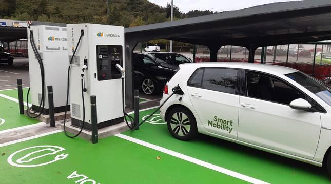 La popularización de los coches eléctricos tiene que ir de la mano de una ampliación de los puntos de recarga en lugares públicos.