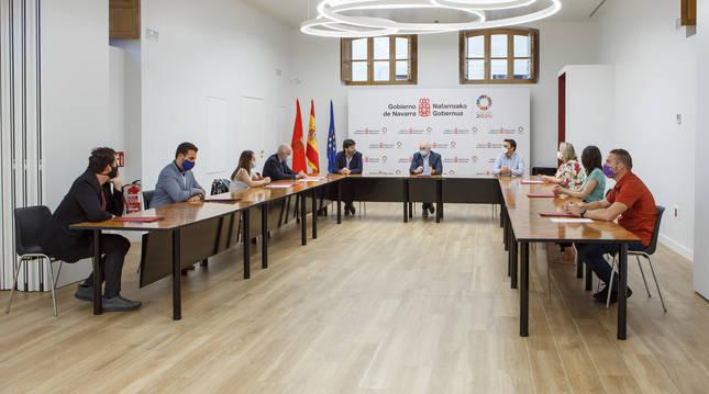 Foto del acto de firma de convenios para el acompañamiento social para los residentes en viviendas de alquiler público entre el Gobierno de Navarra y nueve consistorios.