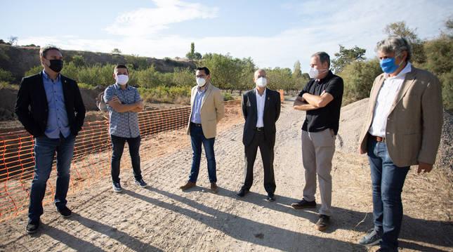 Foto de autoridades visitando las obras de ampliación de la depuradora de Cintruénigo (Navarra).