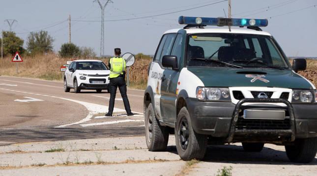 Foto de agentes de la Guardia Civil controlando una de las carreteras de acceso a Ejea de los Caballeros durante el confinamiento de esta localidad.