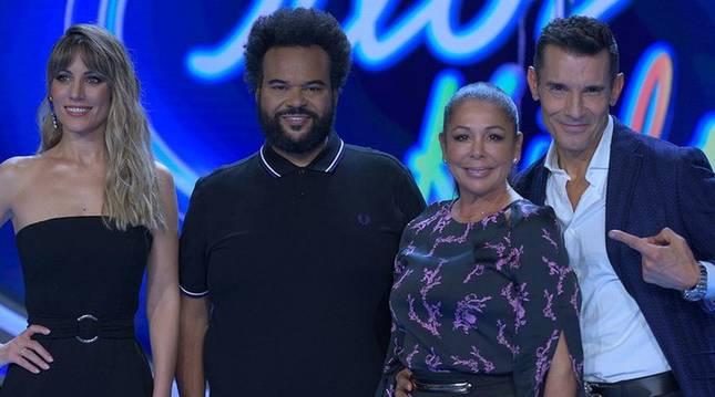 El jurado del concurso -formado por Edurne, Carlos Jen e Isabel Pantoja- junto al presentador, Jesús Vázquez.
