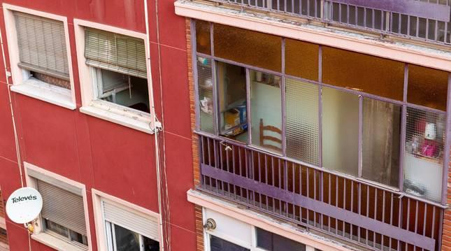 Fotografía del exterior de una vivienda en Zaragoza donde anoche un hombre mató a su hija de 4 años tras discutir con la madre de la pequeña.