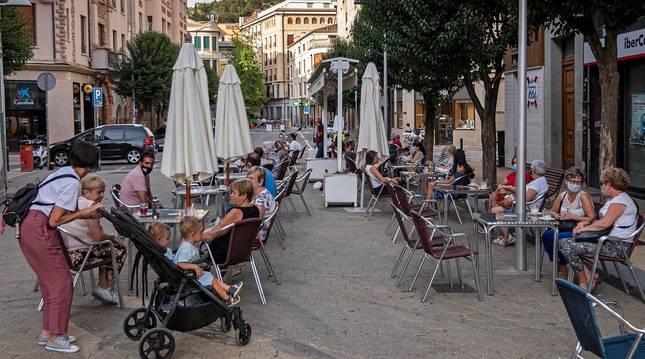 Foto de clientes en las terrazas de Estella animados por el buen tiempo de estos días.
