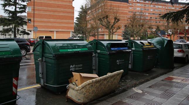 Imagen de un sofa depositado junto a un contenedor de fracción resto en Pamplona. Es una infracción y motivo de sanción.