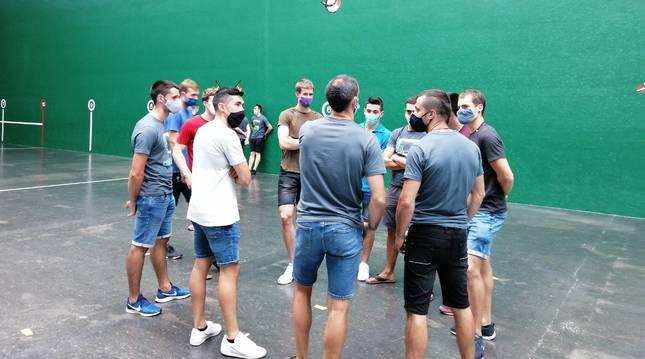 Un grupo de pelotaris de Baiko, en la cancha del Beotibar, frontón en el que ofrecieron la rueda de prensa.