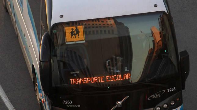 Foto de un autobús de transporte escolar.