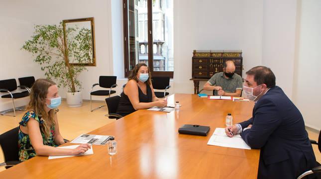 Unai Hualde, a la derecha, junto a Amaia Leranoz y Edurne Redín, en el Parlamento.
