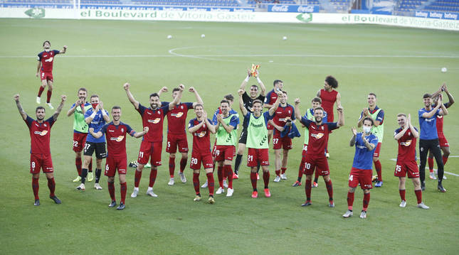 foto de Los jugadores de Osasuna celebran la victoria por 0-1 en Mendizorroza el pasado 24 de junio.