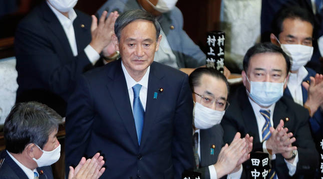 foto de Yoshihide Suga es aplaudido en el Parlamento de Japón tras ser elegido primer ministro