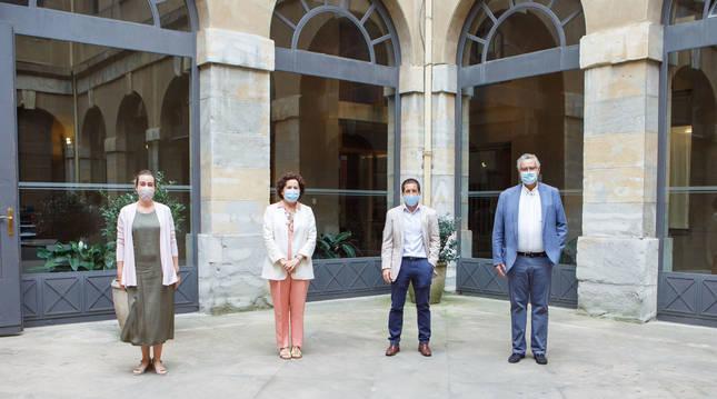 Foto de Cristina Azcona, vicepresidenta de LARES; la consejera Maeztu (Gobierno de Navarra); Juan Carlos Castillo (FNMC) y el presidente de ANEA, Rafael Sánchez Ostiz.