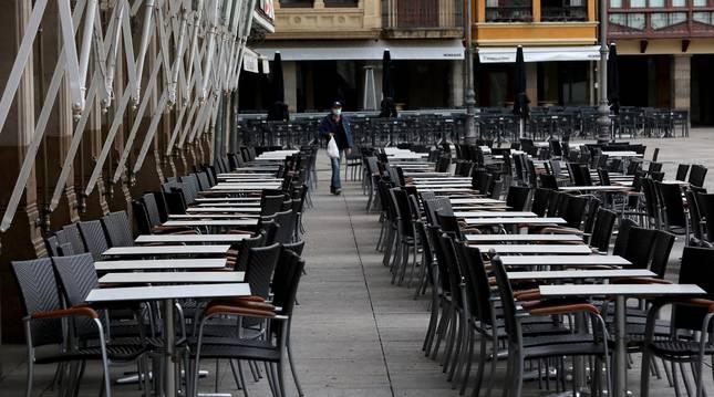 Foto de las terrazas vacías en la Plaza del Castillo durante los primeros compases de la pandemia.