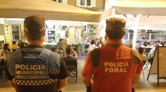 Foto del patrullaje durante la noche del jueves, por aglomeraciones en la calle Comedias.