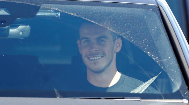 foto de Gareth Bale a su llegada a Londres abandonando el aeropuerto