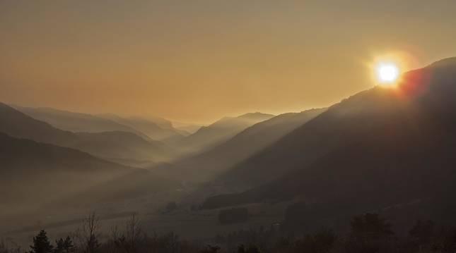 Juego de luces y sombras al atardecer desde el mirador de Larra Belagua, con los Pirineos de fondo.