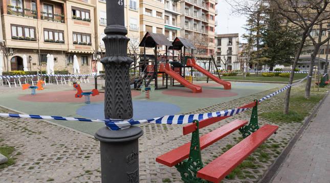 Foto de parques precintados en Tudela (Navarra) por la pandemia de coronavirus.