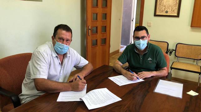 Foto del alcalde de Villamayor de Monjardín, Eugenio Fernando Barbarín, y el DG de Administración Local y Despoblación, Jesús María Rodríguez, firmando un convenio.