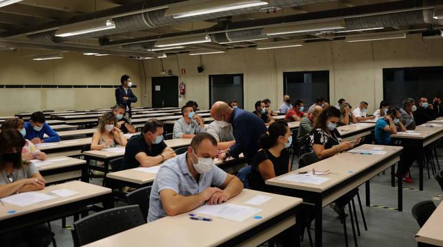 Aspirantes y supervisores, momentos antes de iniciarse la prueba, ayer en la UPNA.