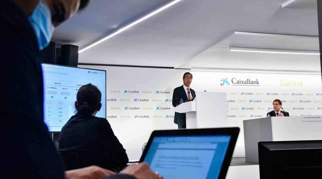 Foto del presidente de Bankia, que será presidente ejecutivo de la nueva entidad, José Ignacio Goirigolzarri (i), y el consejero delegado de CaixaBank, que será consejero delegado, Gonzalo Gortázar.