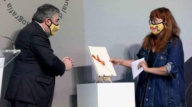 Foto del ministro de Cultura y Deporte, José Manuel Rodríguez Uribes, entregando del Premio Nacional de Cinematografía a la directora y guionista, Isabel Coixet.