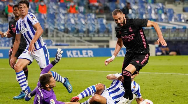 foto de Karin Benzema intenta esquivar al portero de la Real Sociedad