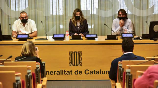 Foto de los secretarios generales de CC. OO. y UGT de Cataluña junto a la ministra de