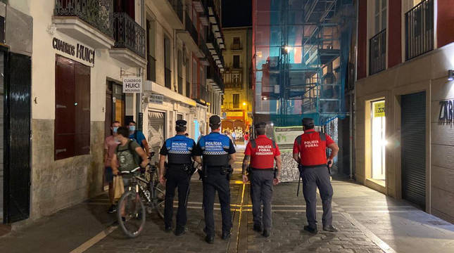 Patrullaje conjunto de la Policía Municipal y la Policía Foral por las calles de Pamplona.