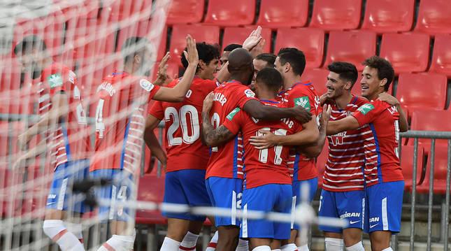 Foto de los jugadores del Granada celebrando el 1-0
