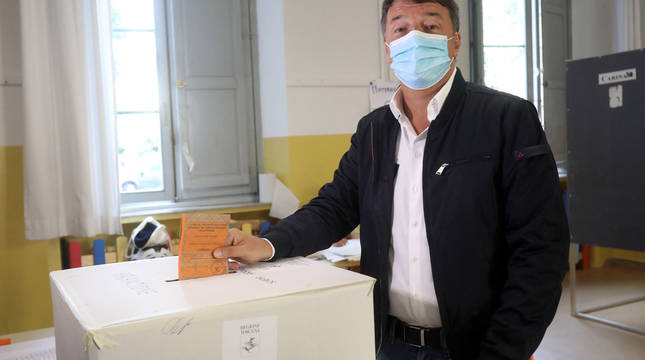 Matteo Renzi, en el momento de votar en un colegio electoral en Florencia.