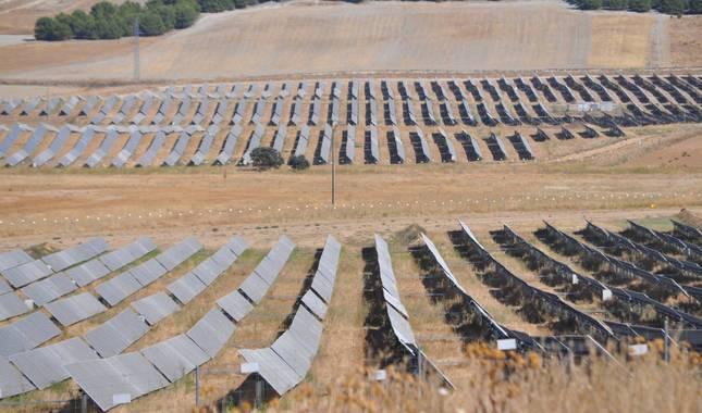 Foto de un parque fotovoltaico en Tordesillas (Valladolid), sobre antiguos campos, con paneles similares a los proyectados en Valdizarbe.