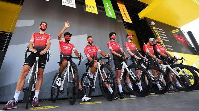 Foto del equipo Arkéa antes de la presentación una etapa del Tour.