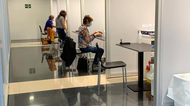 Profesores vulnerables de los centros escolares del Área de Salud de Pamplona  realizándose las pruebas serológicas en Refena.