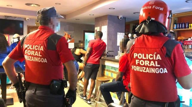 Policías forales inspeccionan un local de Pamplona.
