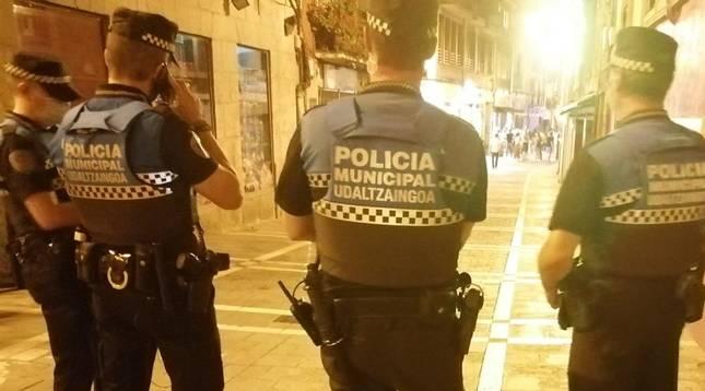 Agentes de la Policía Municipal en el Casco Antiguo de Pamplona.