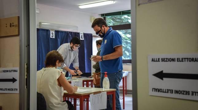 Foto de Mateo Salvini, durante la votación, este lunes.