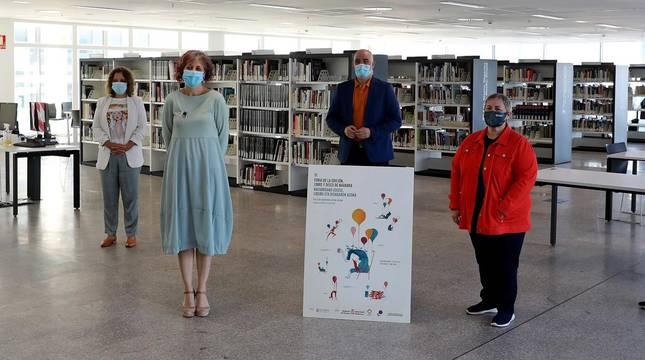 Foto de Raquel Anocíbar (Asociación de Librerías de Navarra Diego de Haro), Mª Camino Barcenillas (Gobierno foral),  Rebeca Esnaola (consejera de Cultura), Aritz Otazu (Editargi), Asun Maestro (Servicio de Bibliotecas) y Kike Abarzuza (Libreros de Antiguo de Navarra).