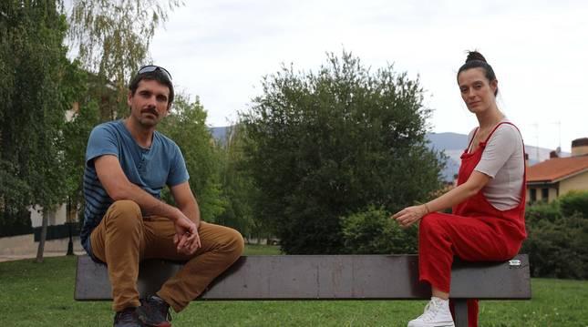 Foto de Miguel Ángel Llamas y Amaia Merino, la semana pasada en un parque de Noáin.