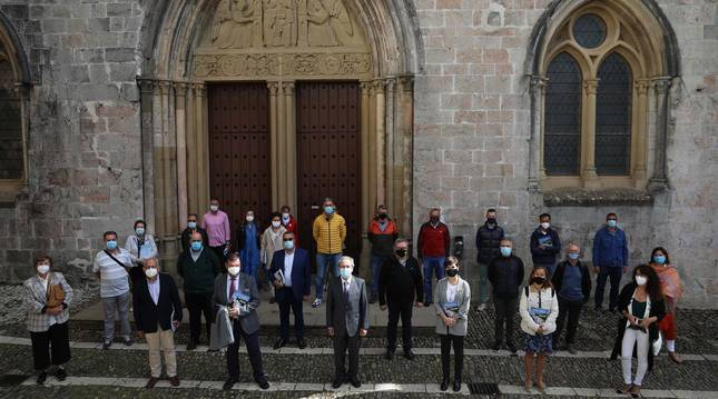 Los asistentes a la presentación del número 60 de 'Conocer Navarra' posaron frente a la iglesia de Santa María, en Roncesvalles.