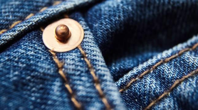 Detalle del botón de un pantalón vaquero