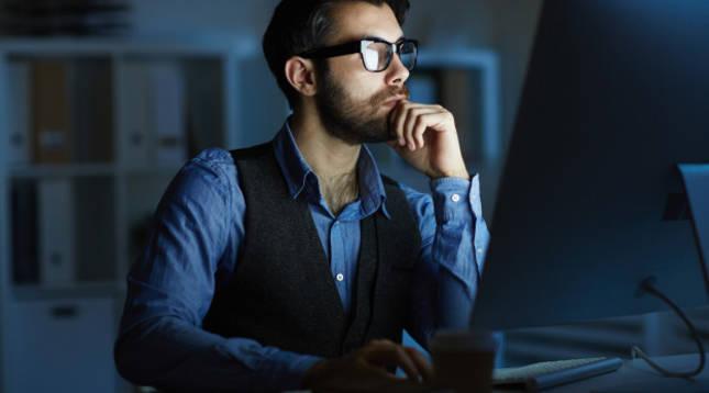 Un joven trabaja frente a la pantalla de su ordenador
