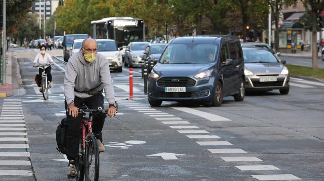 Coches hace el giro hacia Monasterio de Urdax respetando el paso de cebra ciclado por el que circulan las bicicletas.