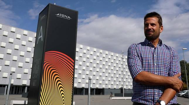 Moncho Urdiáin, este miércoles por la mañana en los exteriores del Pabellón Navarra Arena, que hoy cumple su segundo año en activo.