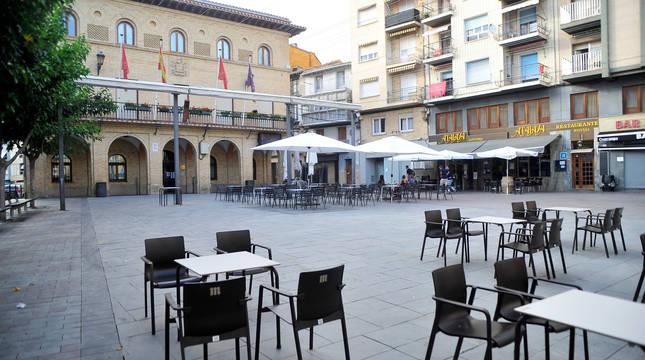 La plaza Principal de Peralta, prácticamente vacía ayer por la tarde. Las nuevas medidas afectan, entre otros, a la hostelería.