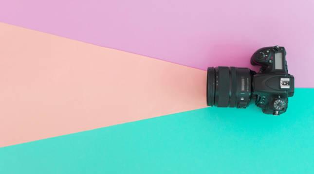 Una cámara fotográfica proyecta un haz de luz imaginario
