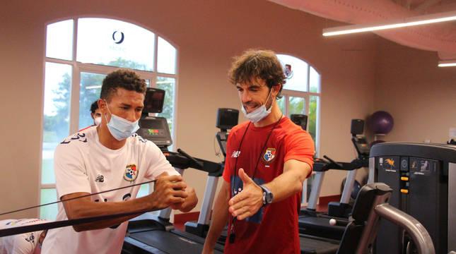 Christian Beguer, a la derecha, da instrucciones a uno de los jugadores de la selección panameña.
