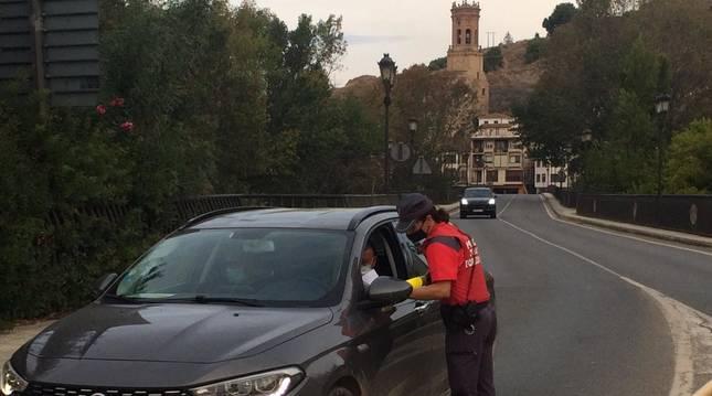foto de Control de la Policía Foral en el acceso a Peralta por el puente, para comprobar el cumplimiento del confinamiento perimetral