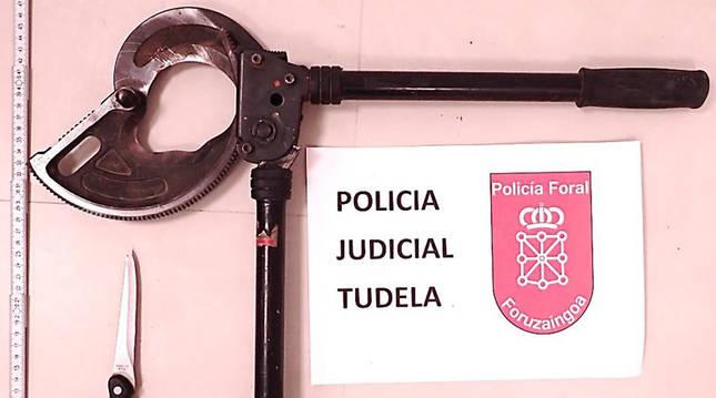 foto de La cizalla y el cuchillo incautados a los detenidos