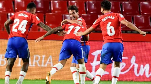 Jugadores del Granada celebran uno de los goles del partido.