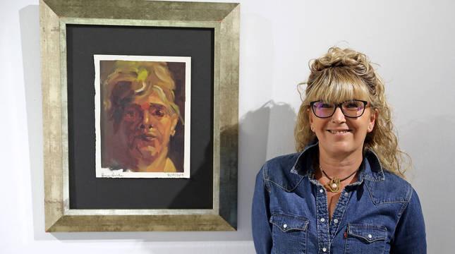 La artista Diana Iniesta, junto a una de sus obras.